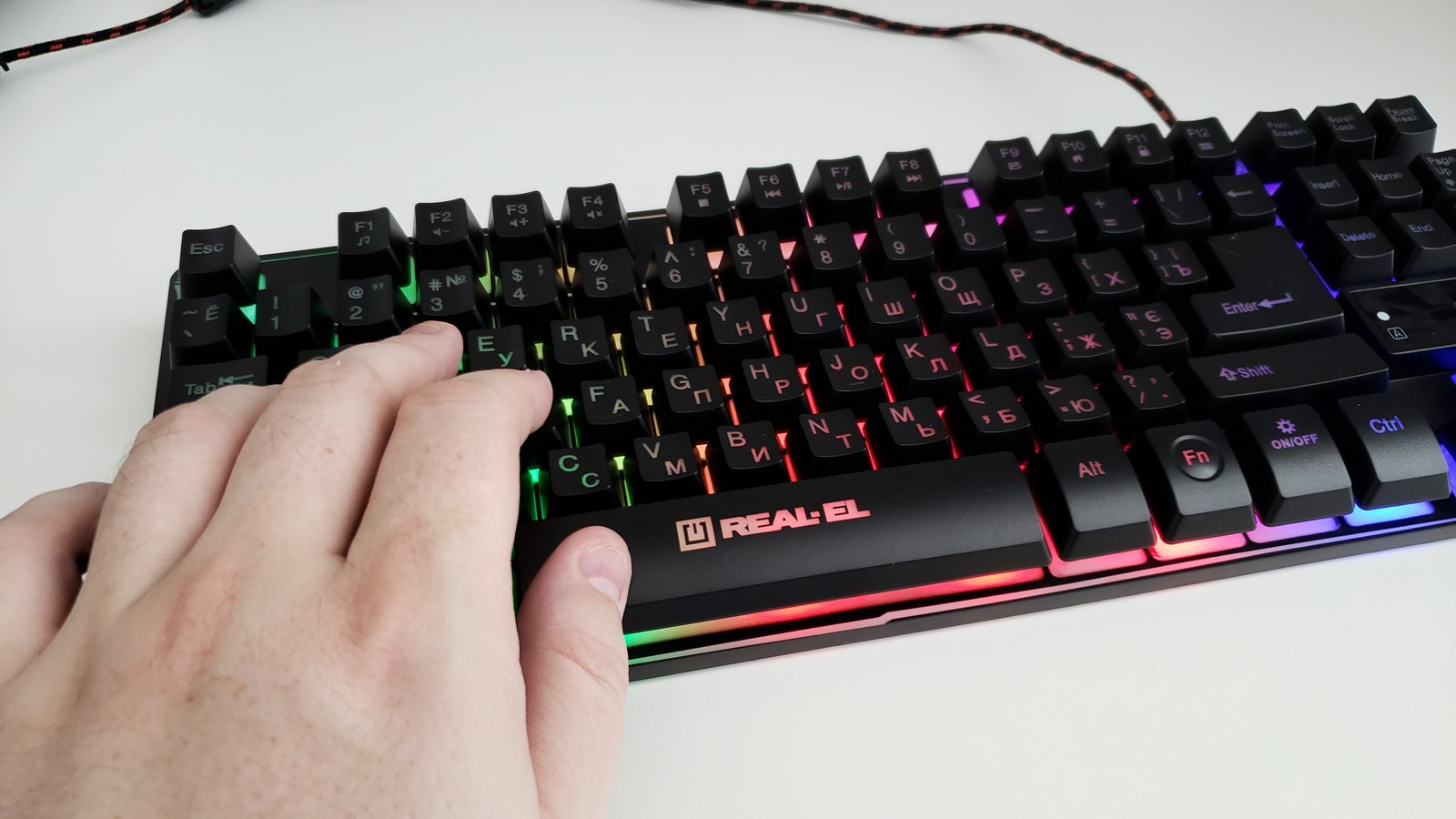 Фото расположение рук на клавиатуре REAL-EL Gaming 8710 TKL Backlit
